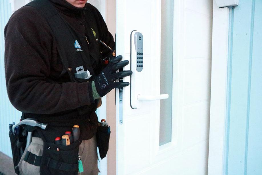 Yale Doorman -älylukon asennusta oveen