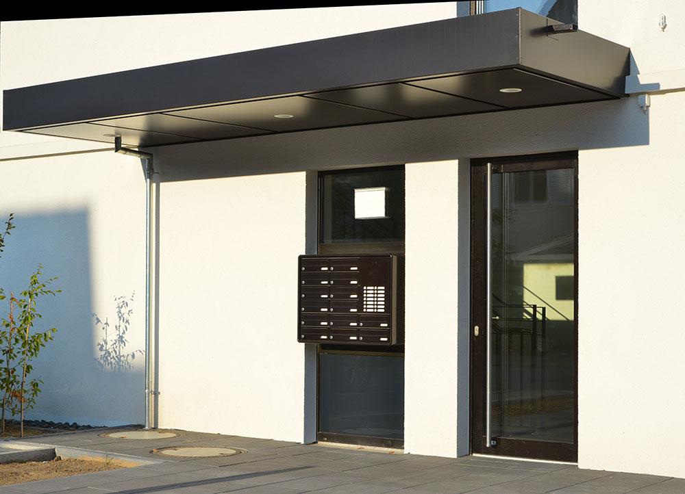 Moderni kerrostalon sisäänkäynti ulko-ovella