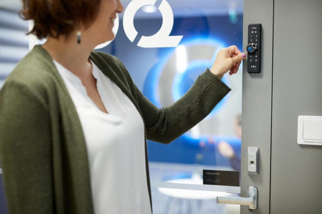 iLOQ-avain ja lukija oven vieressä