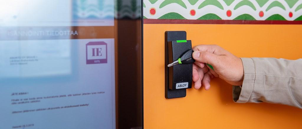 ABLOY PULSE -avain ja lukija oven vieressä